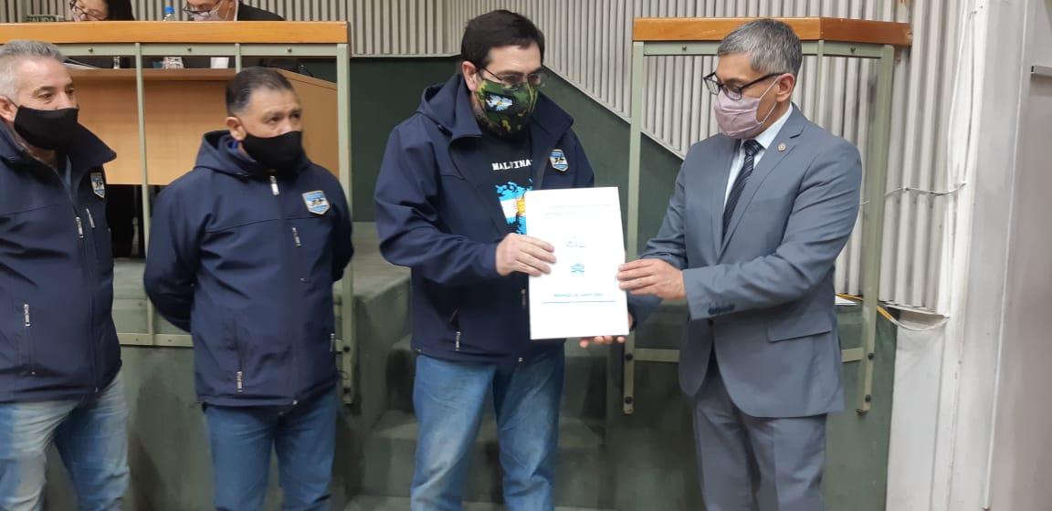 Fernando Alturria y representantes del Centro de Veteranos de Guerra recibieron una copia de la Resolución de la Cámara de Diputados.
